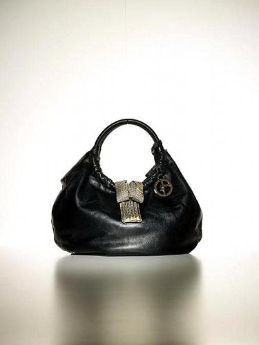 写真:川島織物の生地を使用したジョルジオ・アルマーニのバッグ