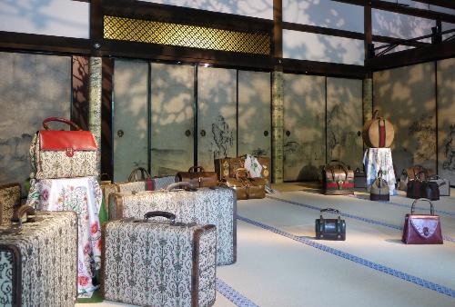 写真:京都・金閣寺の方丈にグッチのバッグを展示した「時の贈り物」展