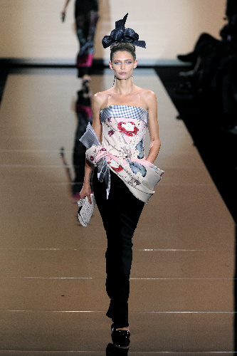 写真:パリのコレクションショーで、ジョルジオ・アルマーニさんが被災した日本に捧げたキモノ風のファッション=5日、大原広和氏撮影