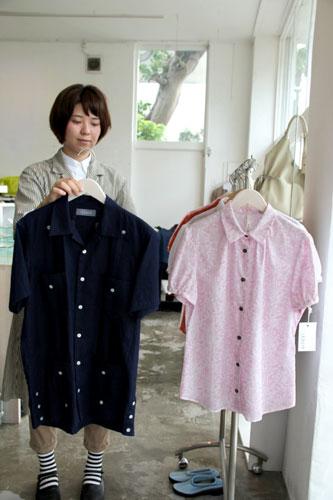写真:レキオのかりゆしウエア。右はパフスリーブの女性用、左は琉球藍で染めた男性用=沖縄県宜野湾市
