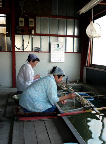 写真:繊維の1本ずつからゴミを除く作業