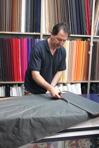 写真:質の高い裏地や糸をそろえるフィレンツェ市内の店