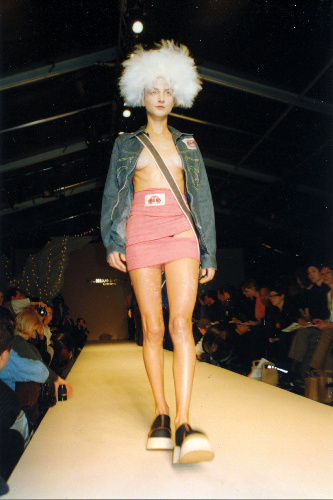 写真:ミチコの作品=1998年秋冬ロンドン・コレクション、ミチココシノジャパン提供