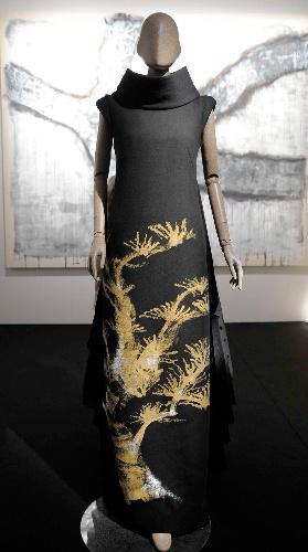 写真:ヒロコの絵画とドレス=2011年7月、パリ、大原広和氏撮影