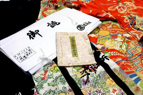 :1936年の上品会の写影帖(中央)。出品された留め袖「研庭」(左)と振り袖「錦繍載宝文」