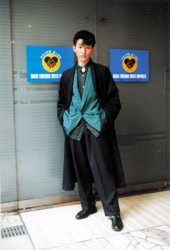 写真:DCブランドブーム期によくみられた正統派スーツを崩すスタイル=1985年、新宿、アクロス編集部提供
