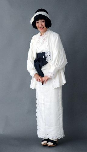 写真:白麻のレースの着物を着た大森●佑子(ようこ、●はにんべんに予)=麻生健撮影