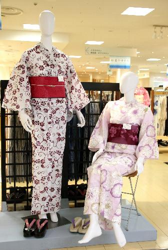 写真:白や淡い地の浴衣が流行中=松屋銀座