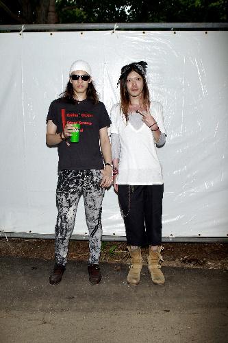 写真:ロック派は、バンド仲間という東京の2人。左の男性(22)は当日出演のビーディ・アイのTシャツ