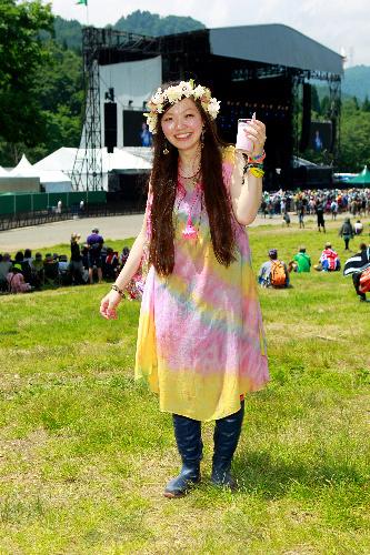 写真:フラワーチルドレン派の千葉の会社員(27)。髪に花、ピンクと黄が虹のような絞り染めワンピース
