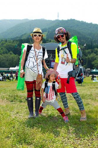 写真:アウトドア派の代表、大阪のカメラマン(35)一家。ポップなサングラスや蛍光色のおかげで森林に溶け込みすぎない。母子のレギンスはおそろいだった