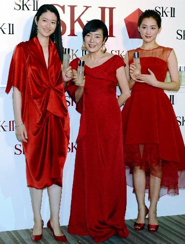 写真:高級スキンケアブランド「SK—2(2はローマ数字)」のPRイベントに出演した小雪さん(左)、桃井かおりさん(中央)、綾瀬はるかさん=東京都内で