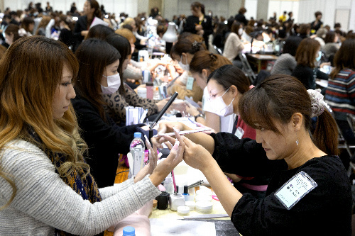 写真:会場ではネイルの技術を競うコンテストも開かれた=山本倫子撮影