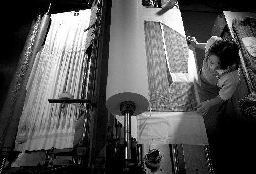 写真:誕生以来、糸も製法もまったく変わらない。手作業が不可欠だ=岩崎寛氏撮影