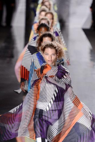 写真:一つの服に様々なストライプや格子柄が混ざる(イッセイミヤケ)=大原広和氏撮影