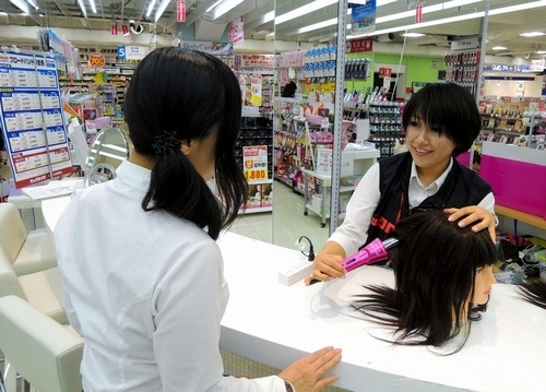 写真:ビックロでは、女性客が次々に美容家電を試していた。売れ筋はドライヤーや肌に蒸気を当てるスチーマーなど2万円前後の商品だ=東京都新宿区