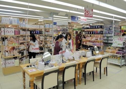 写真:美容家電を自由に試せるビックロの売り場=東京都新宿区