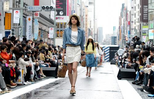 写真:3月、東京・銀座の中央通りで開かれた国産デニムのファッションショー=橋本弦撮影