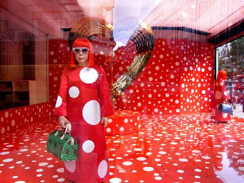 写真:芸術家の草間彌生とコラボしたルイ・ヴィトン、ロンドンの店のウインドー。