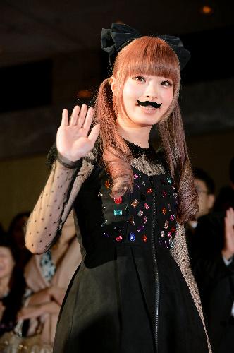 写真:11月のベストドレッサー賞授賞式で、口ひげをつけて登場したきゃりーぱみゅぱみゅ=加藤諒撮影