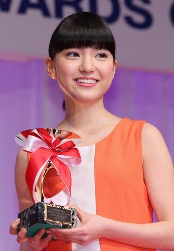 写真:10代部門で受賞した川島海荷さん