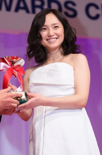 写真:40代部門を受賞した永作博美さん