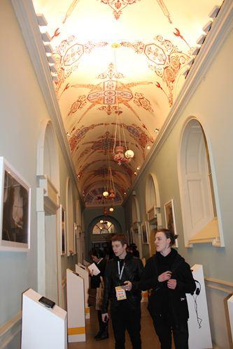 写真:廊下を利用して、デジタル作品が展示されていた、視聴も可能