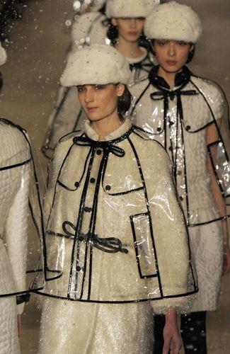 写真:「バーバリー・プローサム」。フィナーレで全員がまとったコートもモノトーン。