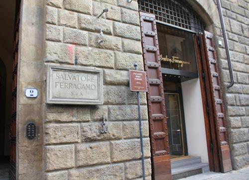 写真:堅固な石垣には、宮殿名を記した表示版と並んで、サルバトーレ・フェラガモ本店の表札が