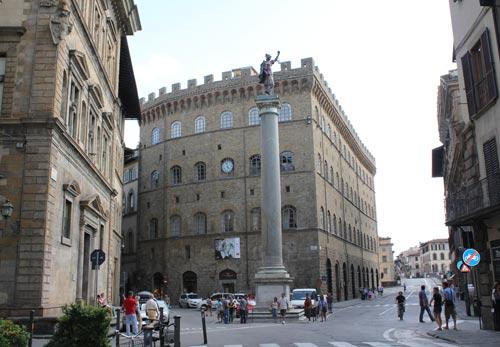 写真:13世紀に建てられたスピーニ・フェローニ宮殿に入るフェラガモ本店(中央)。時計の下には、開催中のグレタ・ガルボ展のポスターも。右奥はアルノ川にかかるサンタ・トリニータ橋