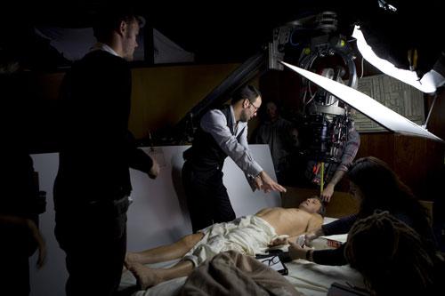 写真:映画の演技指導をするトム・フォード監督(c) 2009 Fade to Black Productions,Inc.