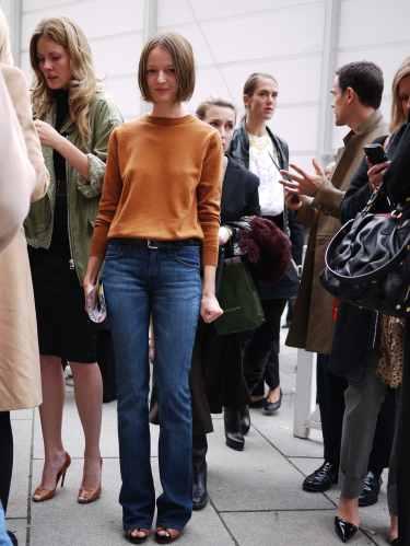 写真:Louis Vuitton(ルイ・ヴィトン)のショー会場で。ストレートなブルーデニムとキャメルのニット。シンプルながらも上品な装い。