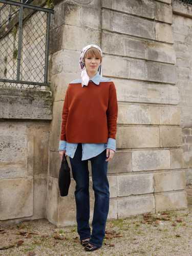 写真:頭に巻いたスカートと、シャツ・オン・カットソーの袖だしスタイル、そしてブルーデニム。洗練された70sスタイル。