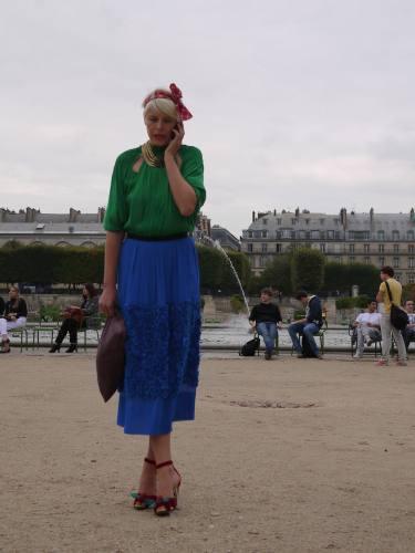 写真:Tuileries(チュイルリー)公園で。発色の良いブラウスとスカートでシンプルに。彼女もまたウエスト丈のロングスカート。