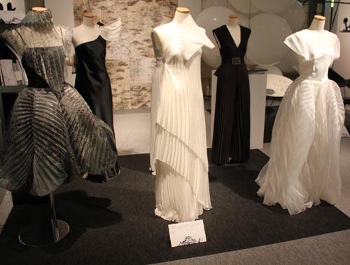 写真:キルスティ・カスニオのプリーツドレス