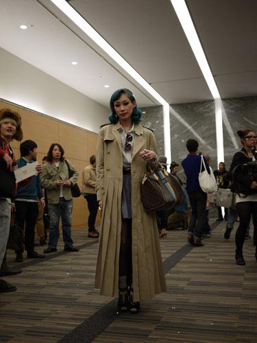 写真:PHENOMENONの会場で。このロングコートは男女ともに良く見かけました。