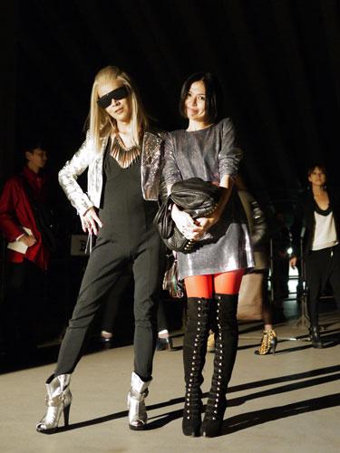 写真:パワフルで元気な女子が多いのが特徴的だったG.V.G.Vのショー会場で。