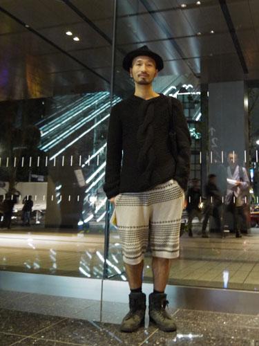 写真:これもANREALAGEのショー会場。ショップの店員さんだという彼。