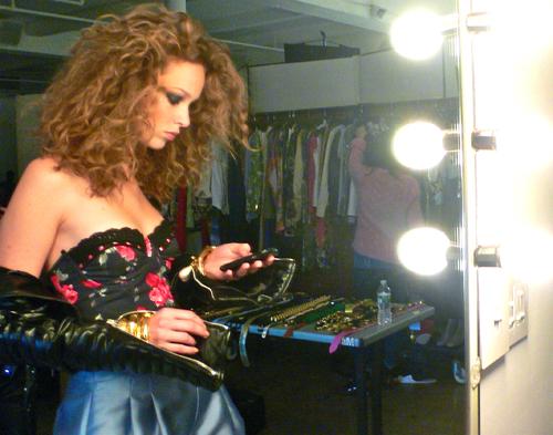 写真:イタリアのファッション誌の撮影で、バックステージのスナップ。ファッションエディターから「洋服が入らない」と撮影の間中、言われ続けていたモデル。どう見ても太ってませんよね?一般的には二の腕の太さも丁度良い感じですが…。