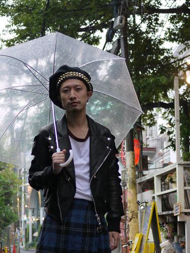 写真:こちらの彼はスタッズのついた変形ベレー帽。これはMIFUNE×banal chic bizarreのコラボレーションアイテム。