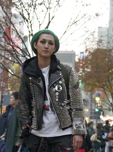 写真:全身スタッズのついたハードな革ジャンにあわせたのは発色のよい緑のベレー帽。パンク大好き!が伝わってくるハードなスタイル。