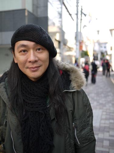 写真:少し透けた素材のベレー帽。マフラーの素材感と良くあっている。彼もミリタリージャケットに合わせている。