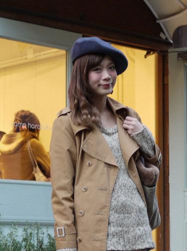 写真:読者モデルの女の子。大き目のベレー帽を斜めにかぶって。