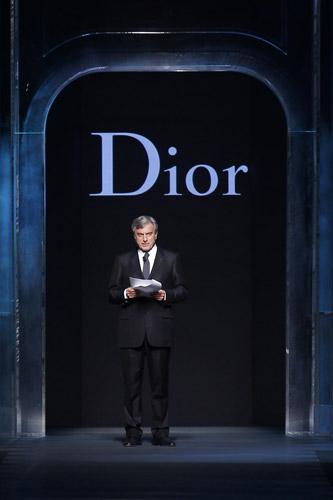 写真:今月4日のパリファッションウィーク中に、ガリアーノがデザインした2011年秋冬コレクションを発表するにあたり、ディオールのシドニー・トレダノCEOが彼を解雇した旨の声明を発表した。(ロイター)