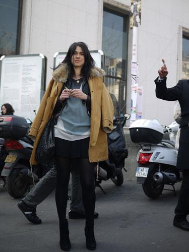 【画像】最近、上着をこうやって着る人をよく見るけどなんなの?  [242521385]->画像>51枚