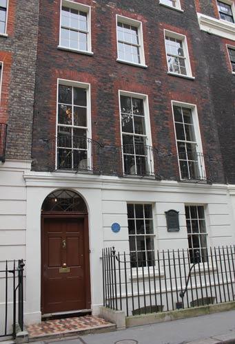 写真:2011年秋冬コレクションの発表会は、ロンドン中心部にある17世紀のタウンハウスで開かれた。ごく普通の外観に、うっかり通り過ぎそうになる=以下すべて今年2月、ロンドン