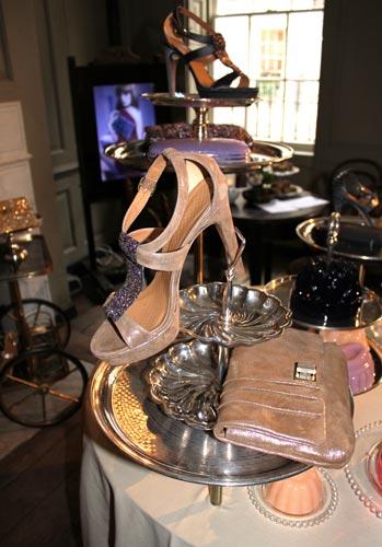 写真:デザート・テーブルのごちそうよろしく、皿に盛られたシューズやバッグ