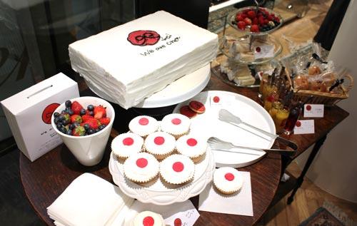 写真:日本へのエールを込めて作ったケーキ。傍らには募金箱も