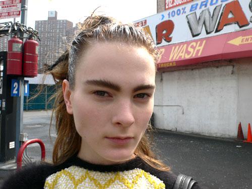 写真:先日行われた、ティーン向け雑誌の撮影中のスナップショット。強めで主張のあるワイルドな眉は今年のトレンドの1つでもある。