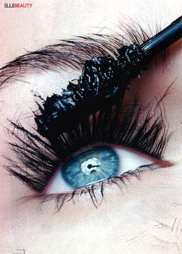 写真:睫毛は女性にとって、とっても気になるビューティーヘアー。大切な睫毛の為のクローズアップのビューティー写真でも眉毛は写ります。小さな手鏡にもこんな感じで映りますよね。眉はやっぱり大切?American Elle(2005) Photo:Philippe Salomon